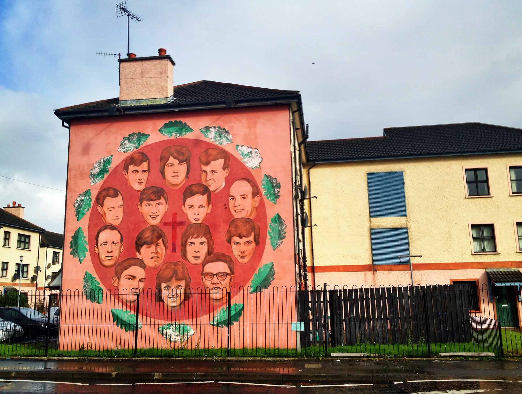 Derry murals the troubles of northern ireland travel for Mural irlande